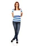 Tienervrouw die lege kaart houden Stock Afbeelding