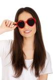 Tienervrouw met zonnebril Stock Fotografie