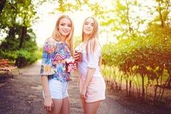 In tienervrouwen met dranken royalty-vrije stock foto's