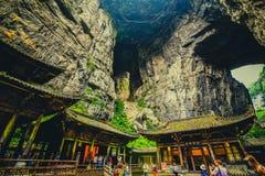 Tienfu takvåning i tre naturliga broar royaltyfria bilder