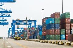 Tientsin Cina - il 4 luglio 2016: Scena del terminale del trasporto del contenitore del porto di Tientsin immagine stock libera da diritti
