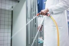 Tierärztlicher Reinigungskäfig für Tiere in der Chirurgie Stockfoto