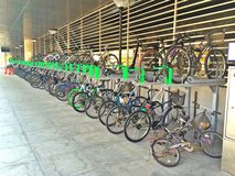 2-tier Fahrradhalter (doppelstöckiger Stand) Stockfoto