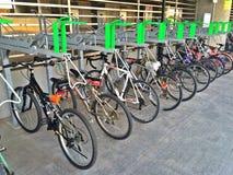 2-tier Fahrradhalter (doppelstöckiger Stand) Lizenzfreie Stockfotografie