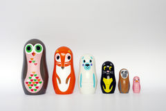 Tier-Matryoshka-Verschachtelungs-Puppen Stockfotos