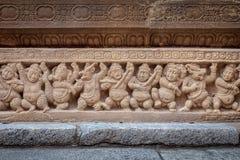 Tier- und Menschenskulpturen im alten hindischen Tempel des Pallavas, Kanchipuram Indien Lizenzfreies Stockfoto