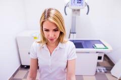 Tierarzt in der weißen Uniform an der veteringary Klinikfunktion Stockfotos