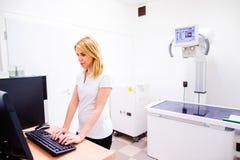 Tierarzt in der weißen Uniform an der veteringary Klinikfunktion Lizenzfreie Stockbilder