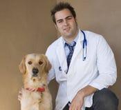Tierarzt und Apportierhund 3 Stockfoto