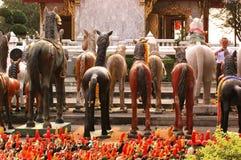 Tiere, die die Statue das göttliche anbeten ließen Stockbild