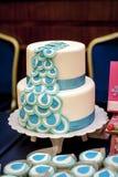 2-tiered свадебный пирог с голубыми лентами Стоковые Изображения RF