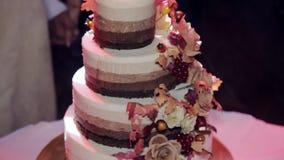 Tiered свадебный пирог с деревенским акции видеоматериалы