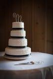 Tiered bröllopstårta fyra på ett bröllopmottagande Arkivfoton