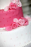 Tiered huwelijkscake met roze rozen Royalty-vrije Stock Foto