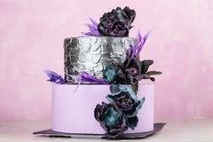 Tiered huwelijkscake met zwarte valse bloemen Royalty-vrije Stock Foto