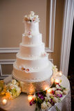 Tiered vit bröllopstårta Arkivbild