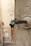 Tierhaupthahn an einem Wasserbrunnen in einer Stadt in Frankreich Stockfoto