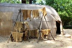 Tierhauttrockner an einem Haus des amerikanischen Ureinwohners Stockfotografie