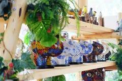 Tierische keramische Puppen am Tier-cafe& x27; in Thailand lizenzfreies stockfoto