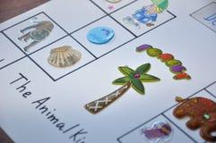 Tierisches englisches Aufkleberspiel auf Papier Stockbild