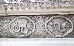 Tierkreissymbol des thailändischen traditionellen lanna auf der Wand Stockfotos