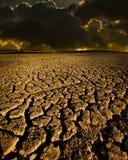Tierra agrietada y el cielo foto de archivo libre de regalías