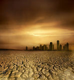 Tierra agrietada y la ciudad