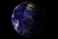 Tierra azul del planeta del espacio que muestra América y África en la noche con las luces de la ciudad del brillo de la chispa,  Foto de archivo libre de regalías