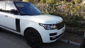 Tierra blanca de lujo Rover Range Rover SUV almacen de metraje de vídeo