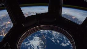Tierra como a través vista ventana de la estación espacial internacional libre illustration
