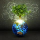 Tierra con el árbol y los rayos de la luz verdes mágicos ilustración del vector