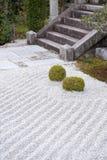 Tierra cubierta con grava en un jardín de piedras o un jardín japonés del zen Foto de archivo libre de regalías