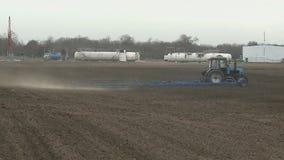 Tierra de cultivación del tractor en cierre del extremo para arriba almacen de video
