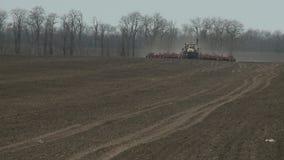 Tierra de cultivación del tractor en cierre del extremo para arriba almacen de metraje de vídeo