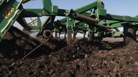 Tierra de cultivación del tractor en primer extremo almacen de metraje de vídeo