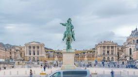 Tierra de desfile del castillo de Versalles con la estatua ecuestre del timelapse de Louis XIV almacen de metraje de vídeo