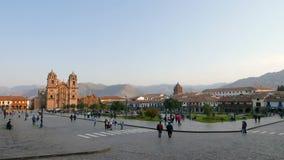 Tierra de desfile y catedral de Cuzco Perú metrajes