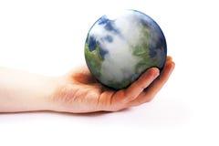 Tierra de la explotación agrícola de la mano Imagen de archivo libre de regalías