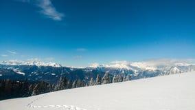 Tierra de la nieve con un paso foto de archivo libre de regalías