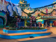 Tierra de Seuss en los estudios universales durante la estación de la Navidad imagenes de archivo