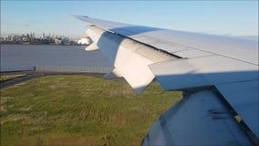 Tierra del aeroplano en el aeropuerto de Haneda, Japón por mañana metrajes