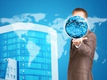 Tierra del control del hombre de negocios Nueva casa y mundo como Fotos de archivo