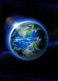 Tierra del planeta con salida del sol en espacio Imagen de archivo libre de regalías