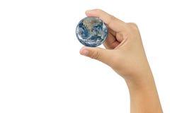 Tierra del planeta en la mano en el fondo blanco  Fotos de archivo libres de regalías