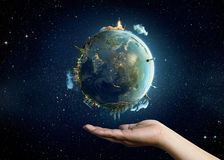 Tierra del planeta en la palma imágenes de archivo libres de regalías