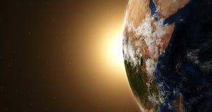 Tierra del planeta en la salida del sol iluminada del sol en el espacio exterior libre illustration