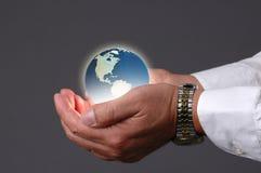 Tierra del planeta en nuestras manos Imágenes de archivo libres de regalías