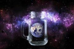 Tierra del planeta en una botella en fondo del espacio foto de archivo libre de regalías