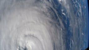 Tierra del planeta vista el estación espacial internacional ISS Tornado de la tormenta del huracán sobre la tierra del espacio almacen de video