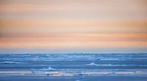 Tierra del sol de medianoche en Svalbard, Noruega en julio Fotos de archivo